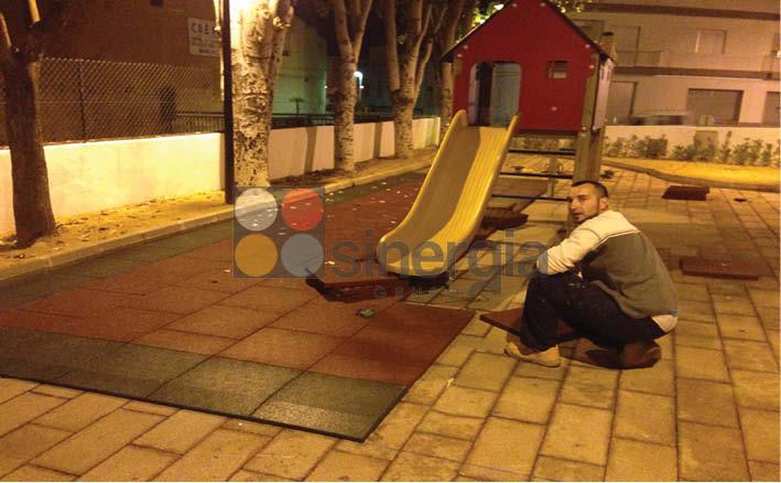 Parque infantil con loseta de caucho en Ondara